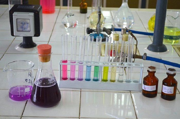 Fattori che determinano la forza di un acido binario-chimicamo